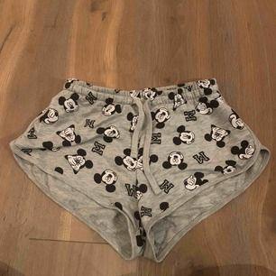 Disney Musse pig mjukis shorts från New Yorker! Haft dom två gångerDet är storlek medium men skulle nog säga att dom är mer storlek S eftersom dom var väldigt små. Frakt ingår i priset