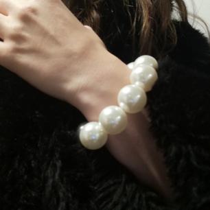 Pärlarmband med riktigt stora pärlor, sjukt snyggt men använder det aldrig. Frakt 18 kr.