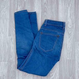 Blå perfect jeans från Gina Tricot. Lågmidjade. W24/L30. Använt men bra skick.  Möts upp i Stockholm eller fraktar. Frakt kostar 59kr extra, postar med videobevis/bildbevis. Jag garanterar en snabb pålitlig affär!✨