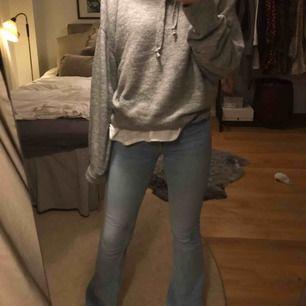 Helt oanvända jeans från zara. Perfekta flarejeans! Nypris 399kr