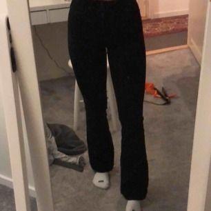 Svårt att ta bild på svarta jeans men kan försöka hitta bättre bilder vid intresse.  Svarta flair jeans från Urban outfitters BDG märke. Slim fit men utsvängda längst ned😇