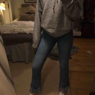 Jeans med slitningar längs nere. Sjukt snygga och trendiga!  Nypris 399kr