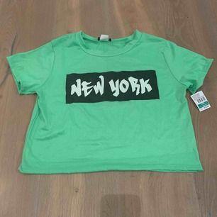 Neon grön tröja! Köpte den när jag var i New York och har aldrig använt den. Frakt är 15kr!
