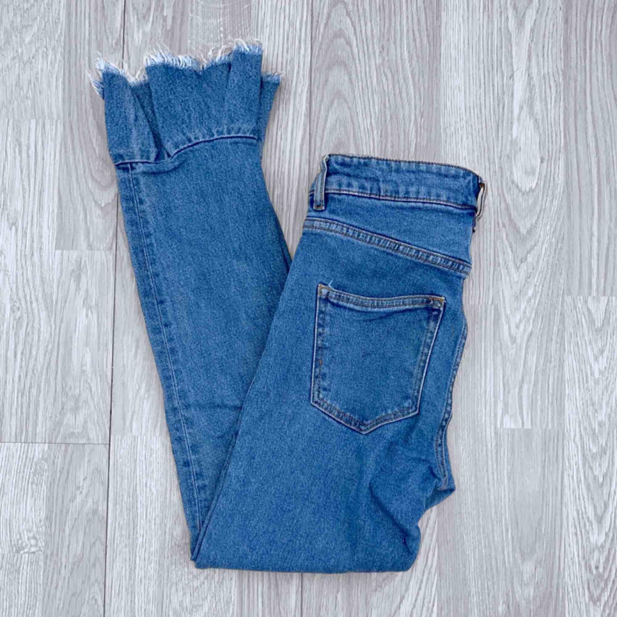 Blå jeans från Monki med frill bootcut, storlek W27 men små i storlek. Använda men i bra skick.  Möts upp i Stockholm eller fraktar. Frakt kostar 63kr extra, postar med videobevis/bildbevis. Jag garanterar en snabb pålitlig affär!✨. Jeans & Byxor.