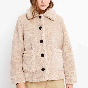 Säljer denna Teddy jacka pga att jag märke att det inte riktigt va min stil. Den är endast använd 2 ggr. Köpt från märket envii, nypris: 1125 kr. Säljs för 700. Den är lite oversize så skulle säga att den passar storlek S också.  ✨✨