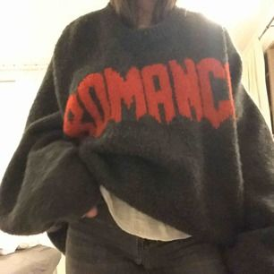 Sjukt snygg oversized stickad tröja från weekday. Nypris 649kr. Den passar superbra som en stor oversized tröja på mig som XS/S. Men kan även bäras av större storlekar. Mycket bra skick.
