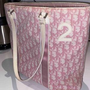 Säljer min superfina rosa diorväska😍 i använt skick, med lite solblekt men ändå superfin och fräsch inuti. Perfekt väska till allt.