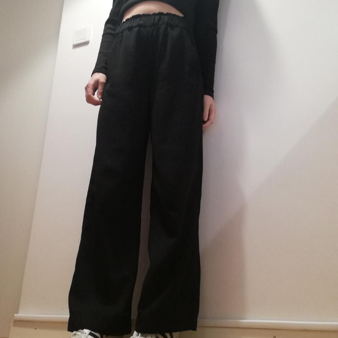 Svarta vida slacks med hög midja från H&M Trend i stl 36. Frakt 42 kr. . Jeans & Byxor.