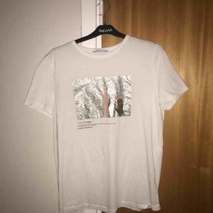 Snygg t-shirt från Zara med jättefint tryck🐬💝  Många intresserade, lägg gärna bud. Högsta bud: 100kr inkl frakt