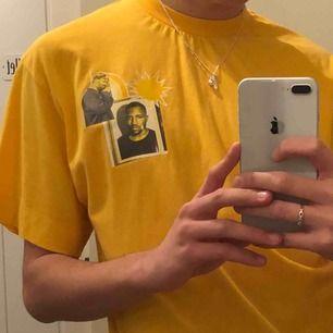 Jätte poppande och snygg gul T-shirt! Trycken är på artisten Frank Ocean (vilken jag dör för)!! Den har bara inte fått tillräckligt med kärlek 💓. Köpare står för frakt! (Super fin oversized).