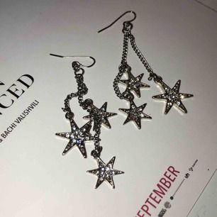 Stjärnörhängen med tre stjärnor i olika storlekar 🌟