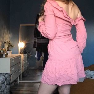 Rosa oneshoulder kläning ifrån Na-kd💞