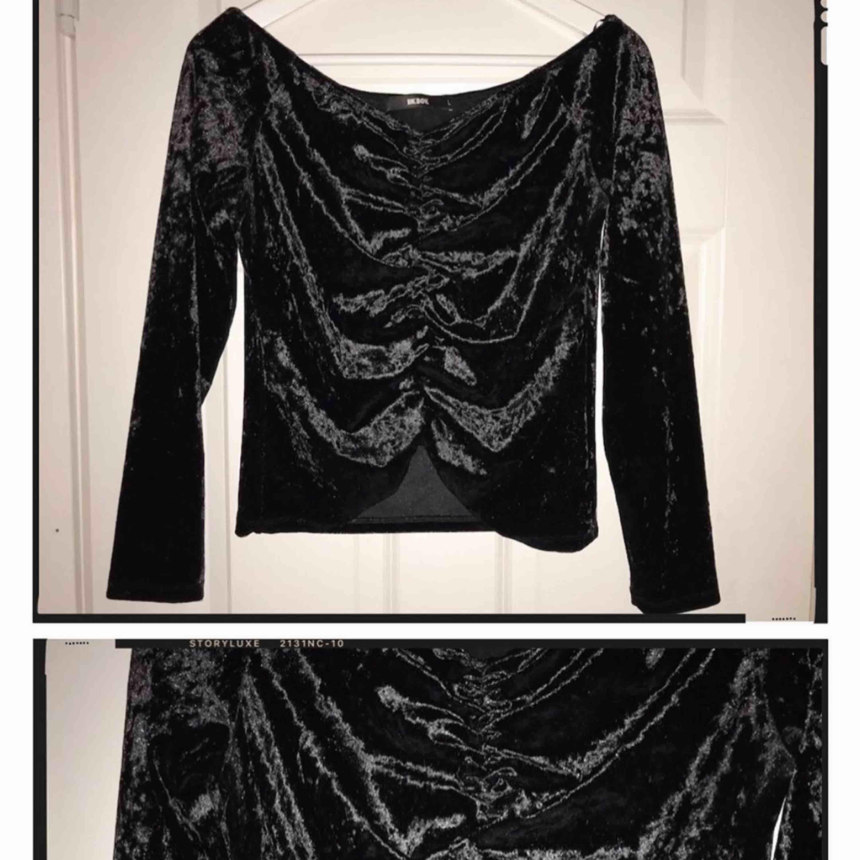Svart velvet tröja från Bikbok i storlek L, sparsamt använd och i bra skick. . Toppar.