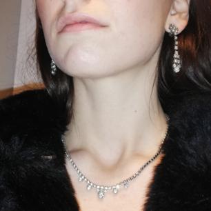 Vintage smyckes-set med halsband och clip-on örhängen. Silvrigt med strass. Frakt 18 kr.