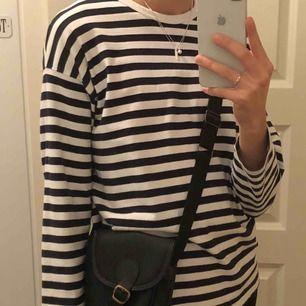 Jätte fin randig tröja köpt på weekday! Den är kort i armarna på mig och sitter inte särskilt oversized. Skulle därför säga att den sitter jätte fint på mindre storlekar! Köpare står för frakt ❤️.