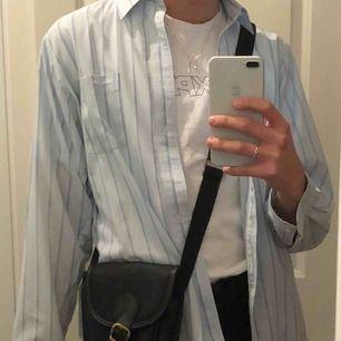 Jätte fin pastell vintage skjorta! Storlek står inte men skulle gissa på S-L. Älskaaar färgen och skicket är utmärkt. Köpare står för frakten 💗💞.