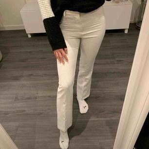 Vita kostymbyxor från bikbok.