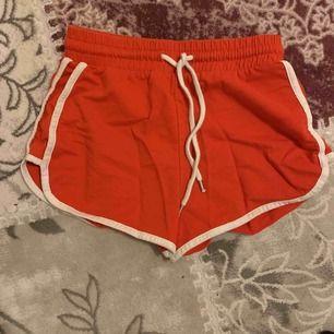 Röda shorts från monki. Kan bara träffas i Sthlm.