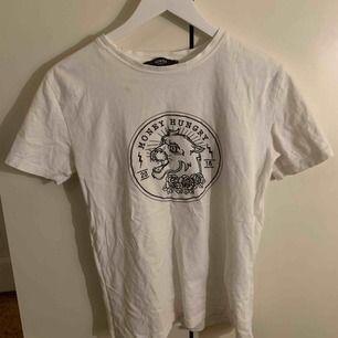 Denna tröjan är köpt i marbella på homies marbella.  Den är i bra skick för har knappt använt tröjan. +frakt