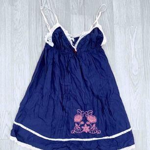 Fint mörkblått linne från Odd Molly storlek 0 (xs) använt men fint skick.  Möts upp i Stockholm eller fraktar. Frakt kostar 36kr extra, postar med videobevis/bildbevis. Jag garanterar en snabb pålitlig affär!✨
