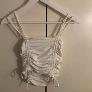 En gullig tröja från Chiquelle. Man kan spänna in och ut tröjan med snöret där fram på tröjan. Aldrig använt typ. +frakt