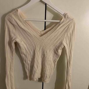Denna tröjan är från Chiquelle och det är väldigt comfy i materialet. Den är V ringad både fram och bak. Färgen är krämig vit. Ganska stretchig. +frakt