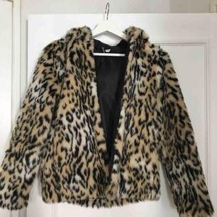 Så mysig pälsjacka till vintern från HM men leopardmönster, inte äkta päls, kan skicka närmare bild på materialet om det önskas vid intresse:))
