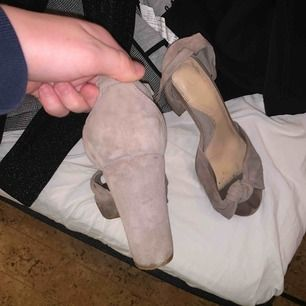 Skorna på insidan är ganska slitna. Men skicket på skorna utvändigt är hyfsat fint. Klackarna är från Dasia