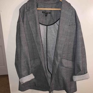 Detta är en kavaj från Zara. Den är oversized så lite mer som en boyfriend jacka. Aldrig använt mer än 1 gång.  +frakt