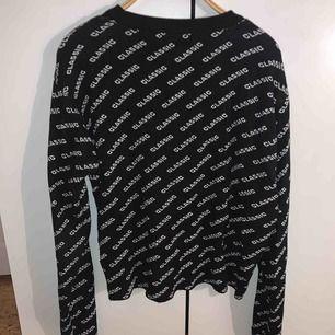 Tröjan är från chiquelle och det står Classic på hela tröjan. Den är knittad och väldigt cozy. +frakt