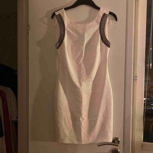 Fin klänning som inte används längre. Burit den ca 3 gånger perfekt skick. Köparen betalar frakt