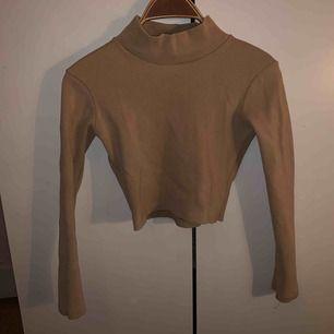 Denna tröjan är köpt från NA-KD men är i märket beyyoglu. Den är i färgen nude beige. +frakt
