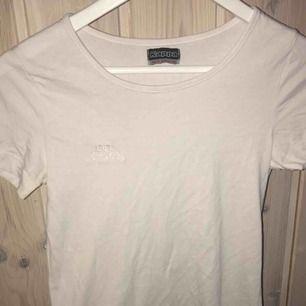 t-shirt ifrån kappa, sitter superduperfint på. Det står att det är medium men passar nog mer en S