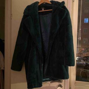 Blå/grön medellång fuskpäls från boohoo, köparen står för frakt. Kan tänka mig gå ner i pris.