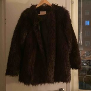 Lila/svart fuskpäls från hm, medelkort, täcker precis rumpan på mig som är 167 cm. Kan skicka bilder om det behövs. Möts upp i Stockholm annars står köparen för frakt.