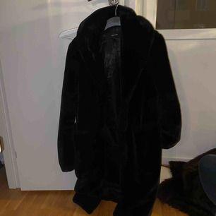 Halvlång svart fuskpäls från Veromoda. Möts upp i Stockholm eller så står köparen för frakt. Hål i tyget i själva fickan men kan laga det om du ber om det