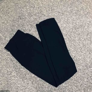 Svarta luftiga konstymbyxor, gör sig orättvisa på bild & är stora på mig som är en liten xs! 🌟