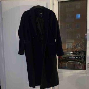 Svart lång kappa från mobil. Använt men i bra skick. Köparen står för frakt eller så möts vi upp i Stockholm.