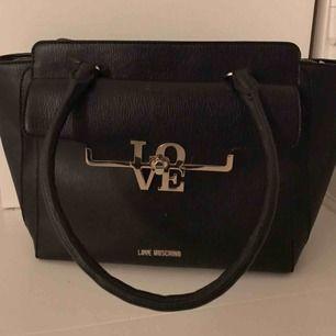 Knappt använd väska från Love moschino.  Svart i läder.