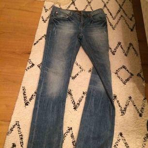 Jeans från Gina som är så snygga! Dem har (som alla andra byxor jag äger) blivit för små för min bak... Köparen står för frakt!