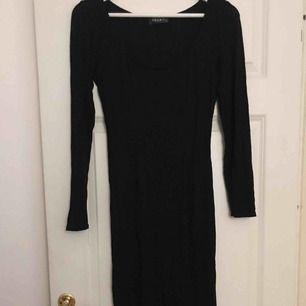 Supersnygg klänning som framhäver kurvorna väldigt fint! Från märket Club L Nelly i storlek L