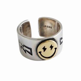 Smiley ring. Frakt ingår i priset :)
