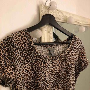 Leopard tröja! As snygg om man t.ex knyter upp den eller liknande ☺️ Möts upp i Linköping annars stå köpare för frakt💖