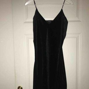Supersnygg klänning i velvet från Bikbok i storlek M.