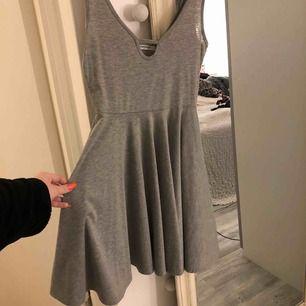 Gullig grå klänning i storlek XS! Sitter väldigt fint och den är ganska stretching så är som en S! Möts upp i Linköping annars stå köpare för frakt 💗