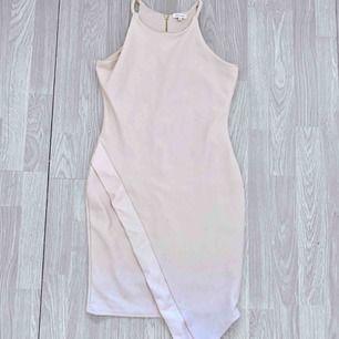 Beige/ljusrosa klänning från River Island storlek 38, fint skick.  Möts upp i Stockholm eller fraktar. Frakt kostar 59kr extra, postar med videobevis/bildbevis. Jag garanterar en snabb pålitlig affär!✨