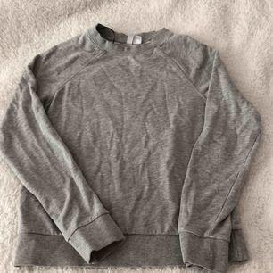 Basic sweatshirt från H&M.