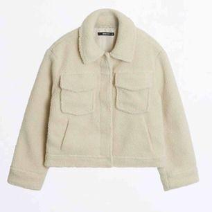 Använd fåtal gånger, är egentligen en storlek S men köpte i M för att få en snyggt oversized jacka!