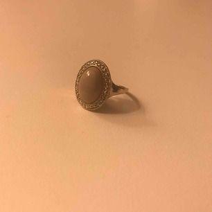 Jättefin ring som tyvärr är lite för stor för mig! Frakt kostar 5kr!