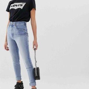 """Såååå sköna Levis jeans, modell """"mile high super skinny"""" och är sparsamt använda.🥰kan användas av mindre storlekar också som lite mer mom jeans.  Frakt ingår! Skynda fynda"""